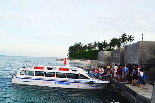 Chỉ có 6/16 phương tiện đủ điều kiện chở khách từ đảo Lớn qua đảo Bé, Lý Sơn. Ảnh: Thạch Thảo.