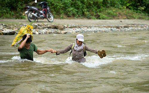 Người dân cần đề phòng lũ về bất ngờ khi đi qua khe, suối.    Ảnh:Báo Lào Cai.