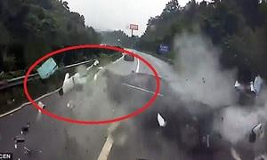 Tài xế văng ra khỏi ôtô vẫn tỉnh táo gọi xe cứu thương