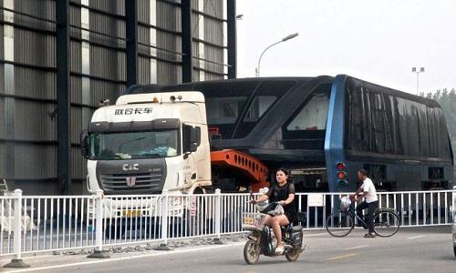 xe-buyt-bay-trung-quoc-bi-keo-khoi-garage