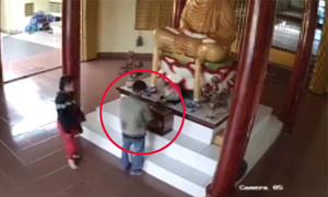 Cặp nam nữ vào chùa móc trộm tiền