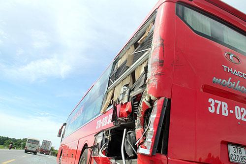 xe-container-tong-oto-khach-40-hanh-khach-hoang-loan-1