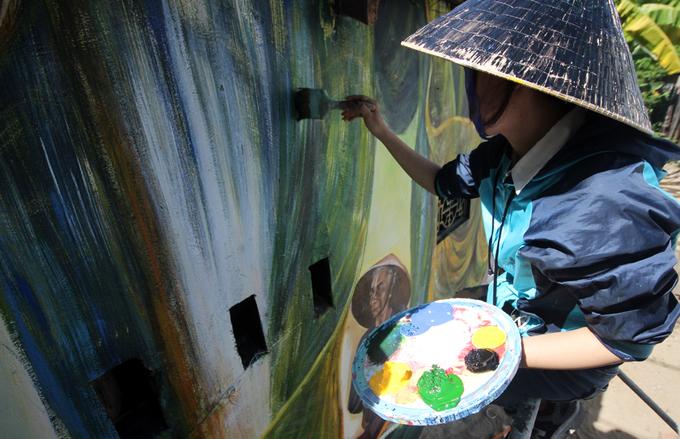 Sinh viên vẽ tranh bích họa làm đẹp xã đảo