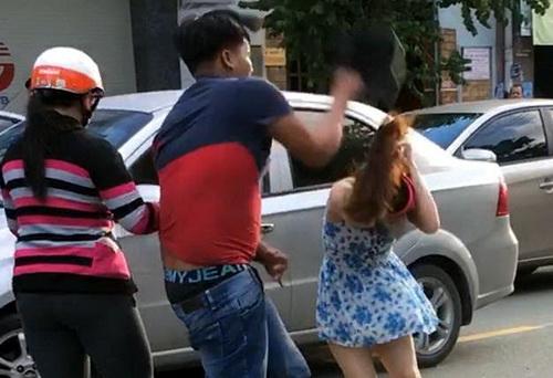 Hình ảnh một thanh niên đập nón bảo hiểm vào đầu cô gái sau va chạm giao thông
