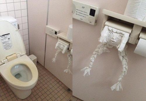 Khi bạn quên mang điện thoại vào nhà vệ sinh.