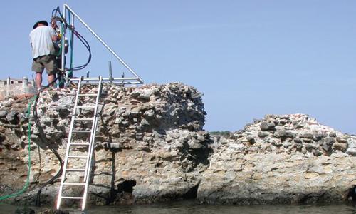 Các nhà nghiên cứu lấy lõi bê tông bến tàu cổ đại để khám phá kỹ thuật của La Mã. Ảnh: J.P. OLeson.