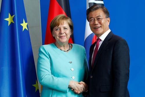 Thủ tướng Đức và Tổng thống Hàn Quốc trong cuộc gặp ở Berlin. Ảnh: Reuters.
