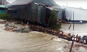 Sóng biển đánh sập hơn chục căn nhà ở Kiên Giang
