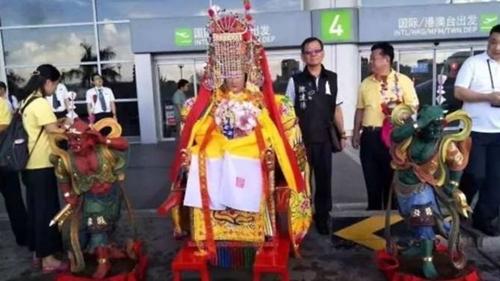 Ba bức tượng tại sân bay