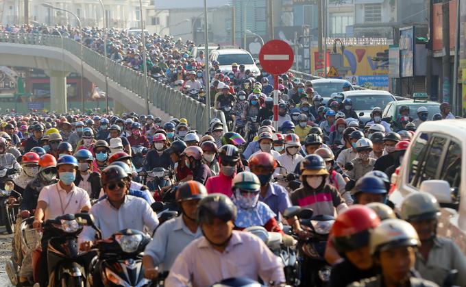 Cửa ngõ sân bay Tân Sơn Nhất lại hỗn loạn do thi công cầu vượt