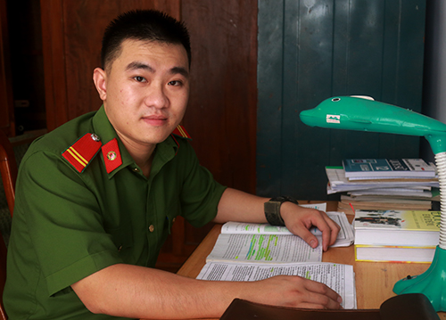 Góc học tập của Phan Trung Kiên ở Khánh Hòa. Ảnh: Xuân Ngọc
