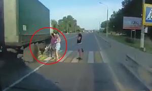 Mẹ đẩy xe nôi chở em bé qua đường suýt bị xe tải cán