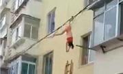 Người đàn bà treo ngược dây điện khi chạy trốn vợ của tình nhân