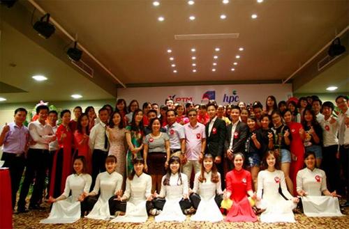Tập thể Cán bộ nhân viên công ty Việt nhật PTM trong lễ kỷ niệm 5 năm thành lập công ty và Cắt băng khánh thành tòa nhà PTM