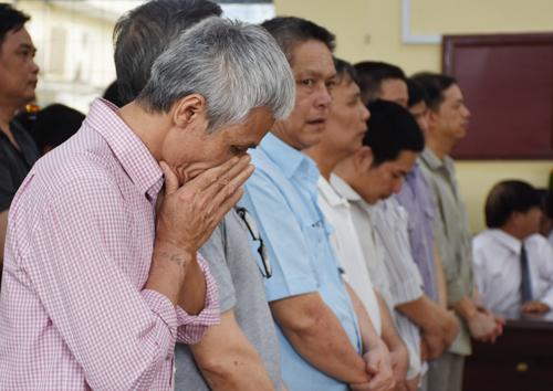 Cựu nhân viên một công ty thủy sản ôm mặt khóc khi được tuyên án treo. Ảnh: Phúc Hưng.