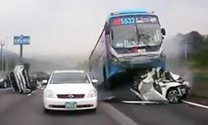 Xe buýt vò nát ôtô, 2 người tử vong