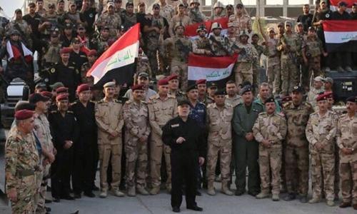 Thủ tướng Iraq Haider al-Abadi (áo đen, đứng giữa) tuyên bố đánh bại IS ở Mosul ngày 10/7. Ảnh: Reuters.
