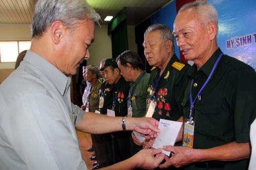 Đồng chí Nguyễn Phú Cường - Bí thư Tỉnh ủy Đồng Nai tặng quà tri ân các chiến sĩ chiến đấu trong chiến dịch tết Mậu Thân 1968 tại sân bay Biên Hòa. Ảnh: Phước Tuấn