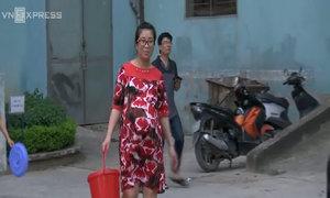 Bà bầu, người già xếp xô hứng nước ở khu đô thị Hà Nội