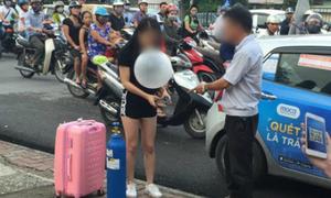 Thiếu nữ xách bình khí cười ra hít bóng trên phố Hà Nội