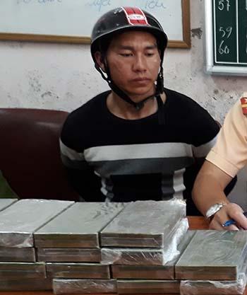 canh-sat-quat-nga-nguoi-di-xe-may-van-chuyen-20-banh-heroin