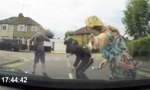 Nữ tài xế chỉ camera hành trình, 2 thanh niên ăn vạ 'biến mất'