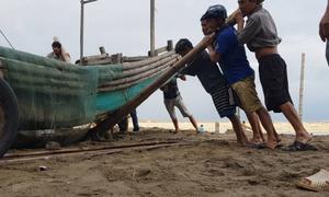 Ngư dân Thanh Hóa hối hả đưa tàu bè vào bờ tránh bão