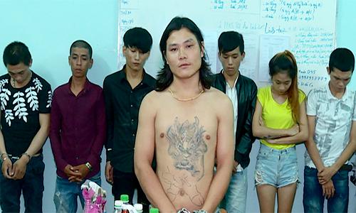 Nhóm thanh niên bị cảnh sát bắt tại công an. Ảnh: Phước An