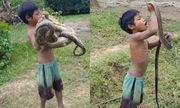Hai em bé bắt rắn bằng tay không để kiếm sống gây sốt mạng XH