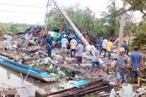 Hàng chục căn nhà bị sập hoàn toàn và tốc mái trong đêm. Ảnh: Đầm Dơi.
