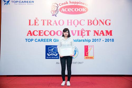 Ngân nhận học bổng Acecook Việt Nam 2017