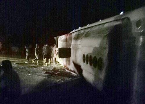 Ôtô giường nằm chở hơn 40 người lật khi qua Khánh Hòa. Ảnh: Phước Thắng
