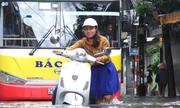 Người dân bì bõm đẩy xe trong mưa lớn ở Hà Nội