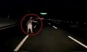 Người đàn ông chặn đầu ôtô trên cao tốc