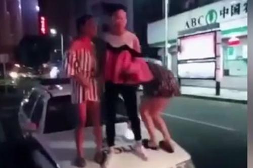 nguoi-dan-ong-tay-khong-bop-co-tran-cuu-de-3