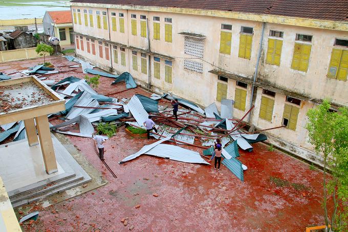 Trường học ở Hà Tĩnh bị bão giật tốc mái