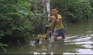 Nhà dân ở trung tâm Hà Nội vẫn ngập sau một ngày mưa lớn