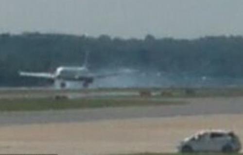 Máy bay nổ lốp hạ cánh khẩn tại sân bay Gatwick. Ảnh: