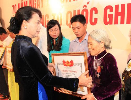 trao-bang-to-quoc-ghi-cong-cho-gan-500-than-nhan-liet-si