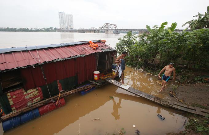 Người dân đổ về cầu Long Biên bơi lội khi nước lên cao
