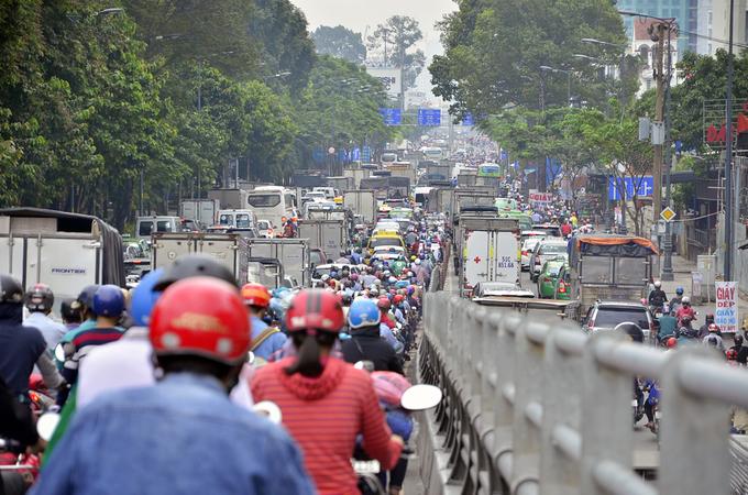 Nhiều đường quanh sân bay Tân Sơn Nhất kẹt hơn 4 giờ