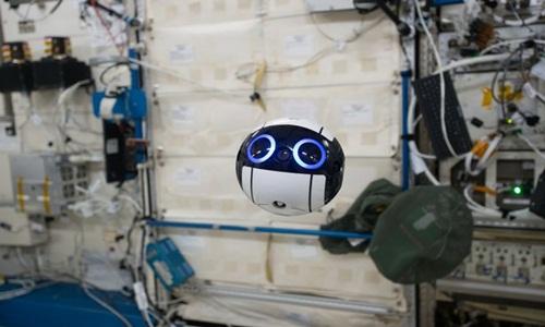 robot-hinh-cau-gia-nhap-phi-hanh-doan-tren-tram-iss