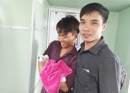 Nam y sĩ nói mình rất vui, hạnh phúc khi giúp được cho mẹ con sản phụ. Ảnh: Nhật Tân.