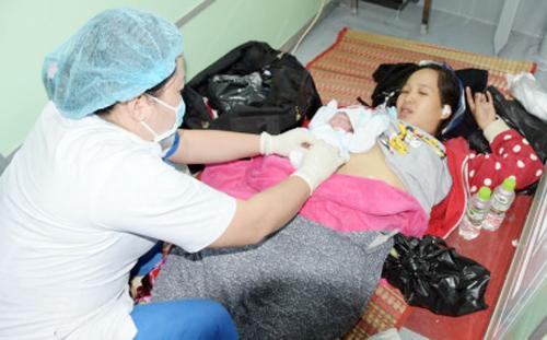 Mẹ con sản phụ Thảo sức khỏe ổn định sau khi được giúp đỡ vượt cạn trên chuyến tàu vào đất liền. Ảnh: Nhật Tân.
