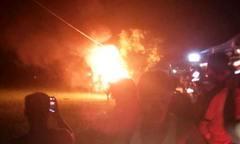 Nghi người lạ vào làng bắt cóc trẻ em, dân chặn bắt, đốt xe