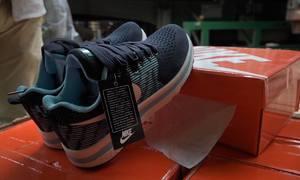 Hai container chứa hàng nghìn đôi giày giả Nike, Adidas