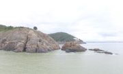 Flycam soi vách đá tìm thuyền viên mất tích ở Nghệ An