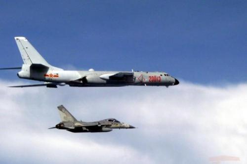 Chiến đấu cơ Đài Loan áp sát máy bay ném bom Trung Quốc. Ảnh: Cơ quan Phòng vệ Đài Loan.