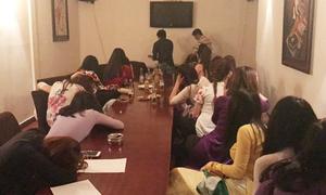 Gần 30 cô gái trình diễn cho 'quý ông' chọn trong karaoke