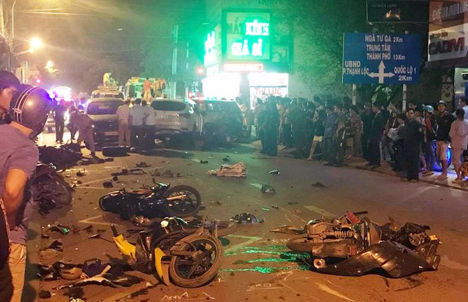 Ngổn ngang tại nơi 13 xe tông liên hoàn, hai người chết